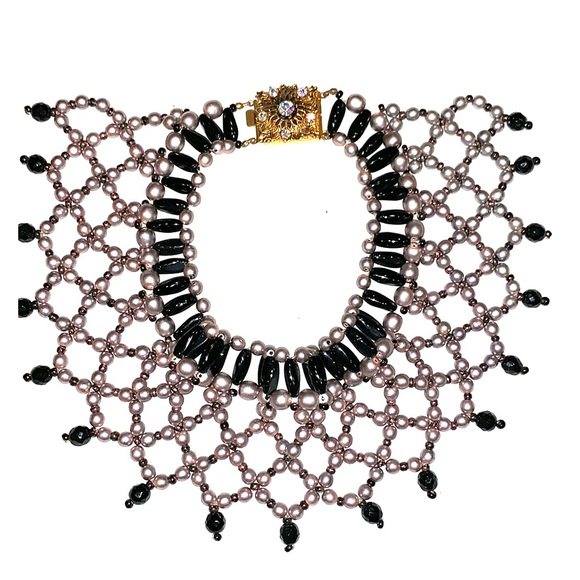 Jewelry - Bib necklace in silver and black